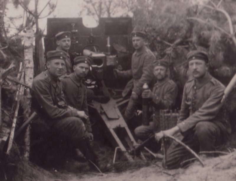 7,7cm lFK 96 n/A with crew in an orginal wartime photograph